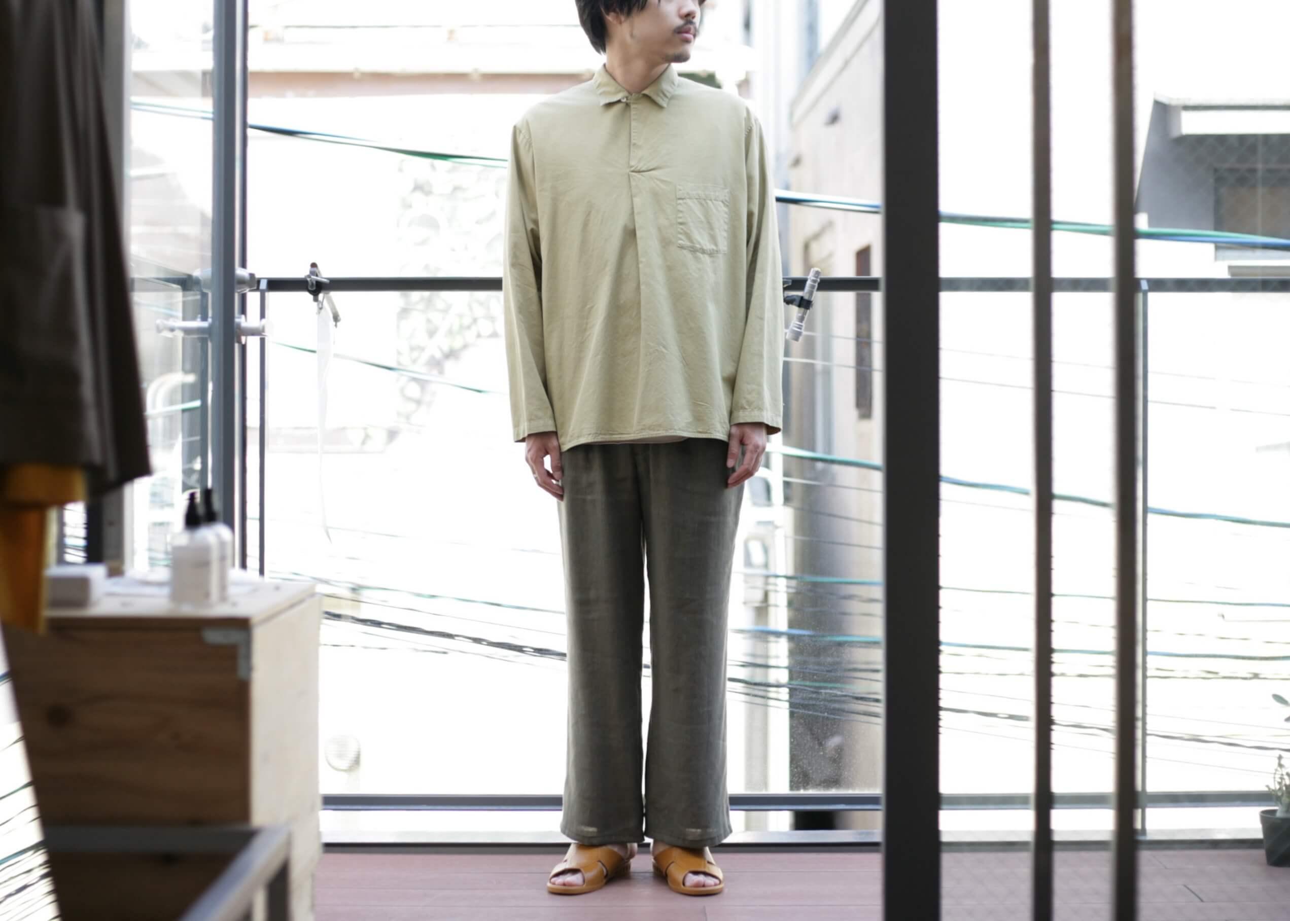 bunt - skipper shirts beige 釦を閉めたスタイル