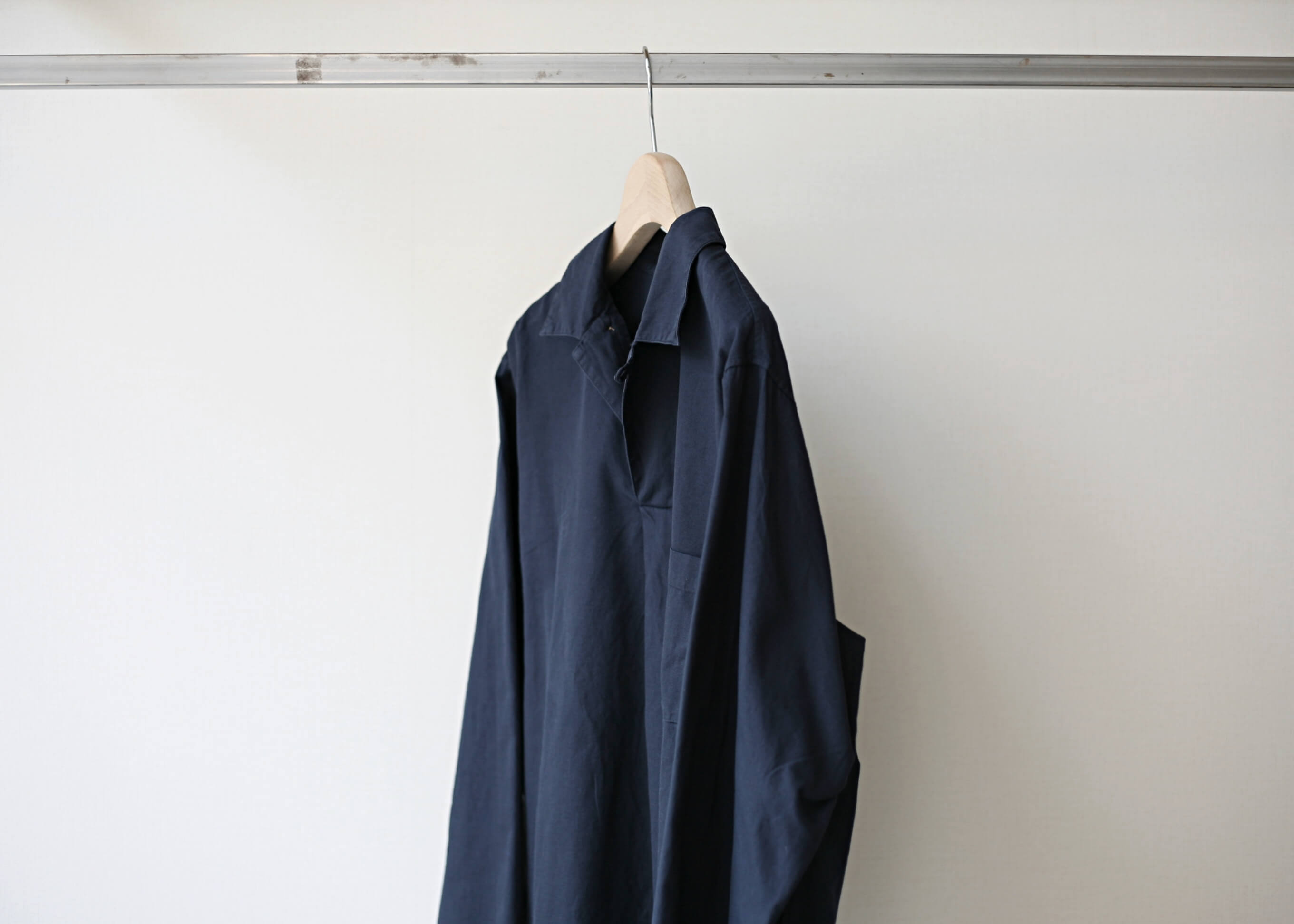 bunt skipper shirts navy 横からの写真