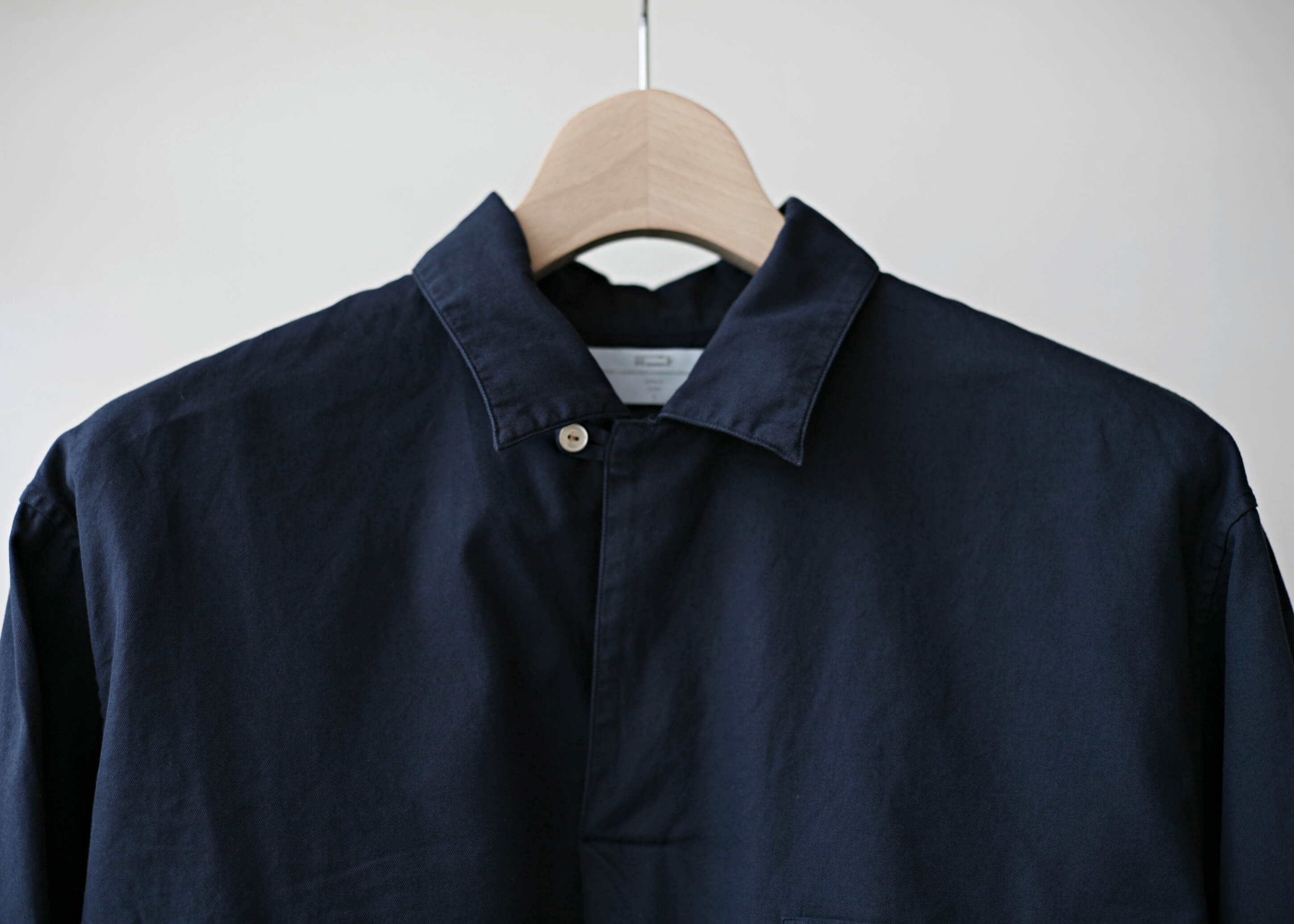 bunt skipper shirts navy 釦を閉めてアップ