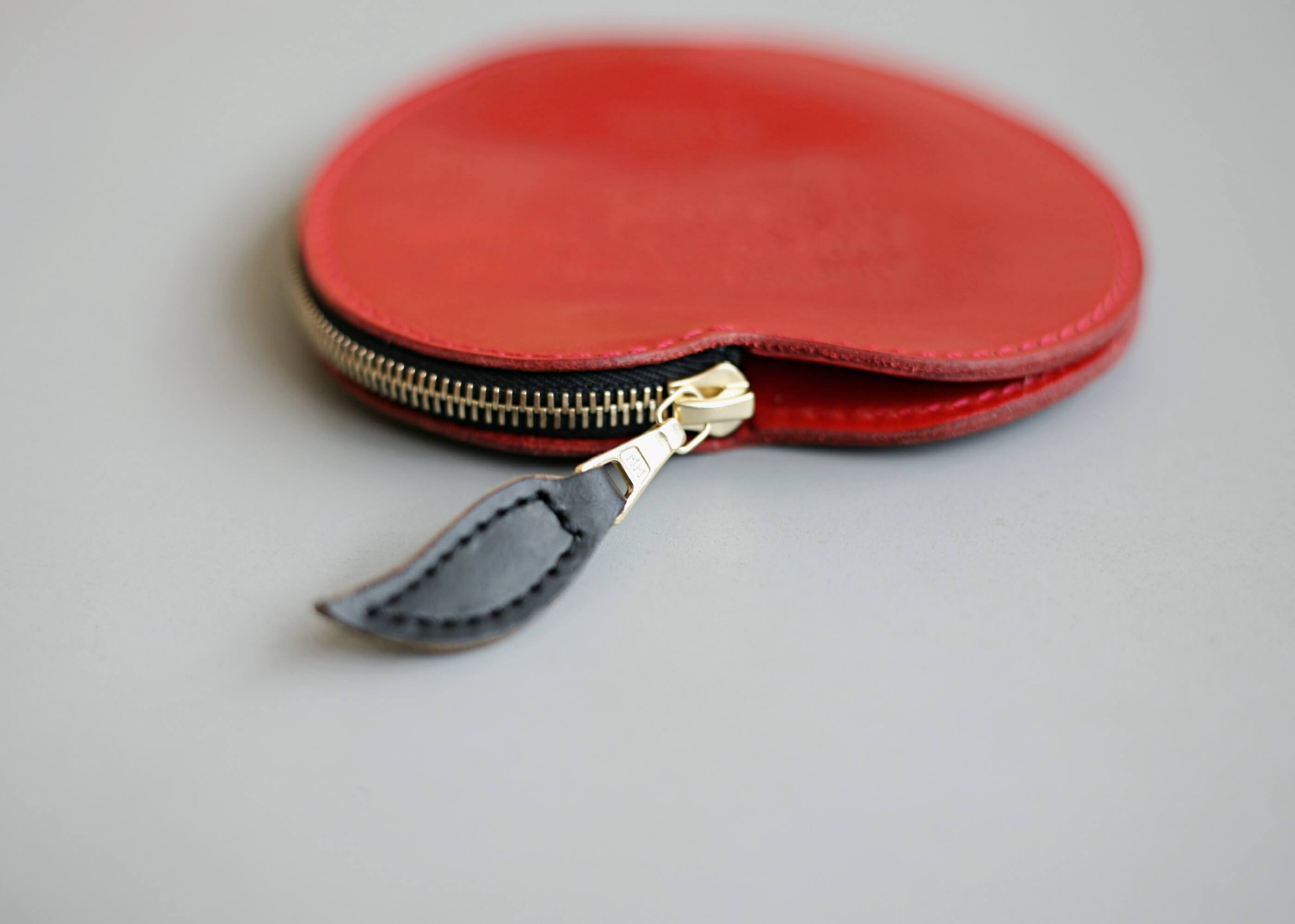 20/80 kip leather apple coin purse 葉っぱ部分のアップ