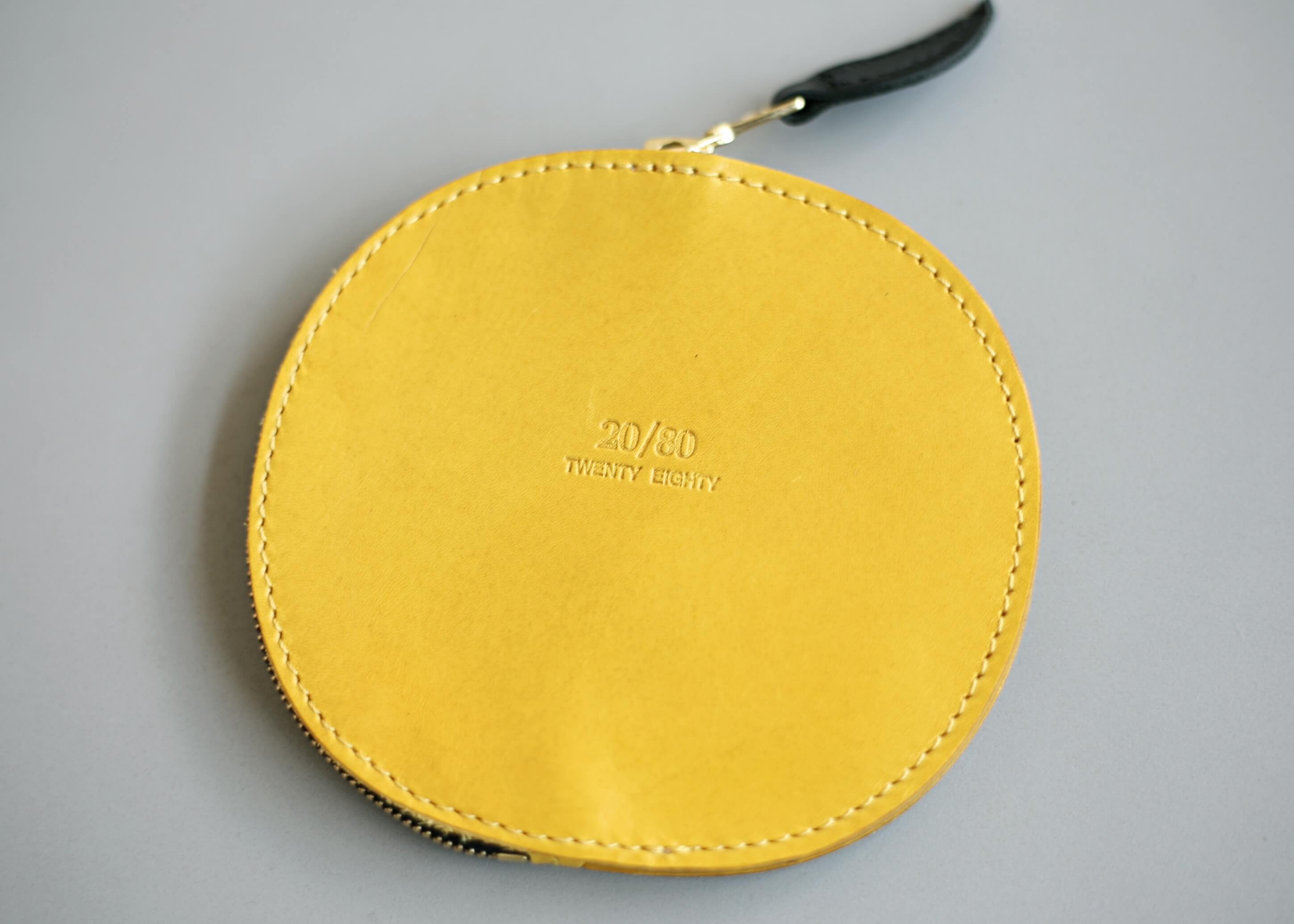 20/80 kip leather grapefruit coin purse 裏面のアップ