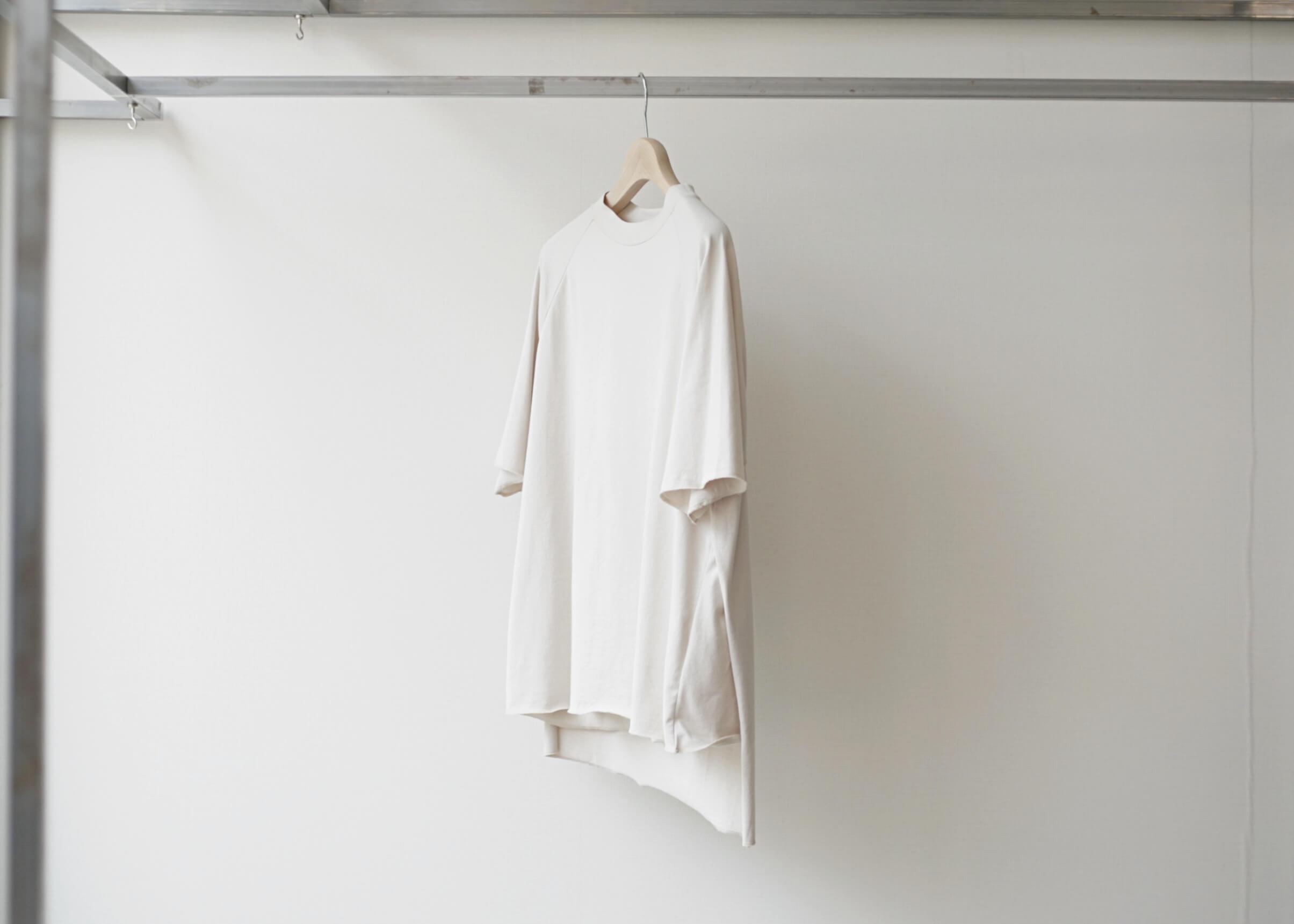 thee apron s/s beigeの横からの写真