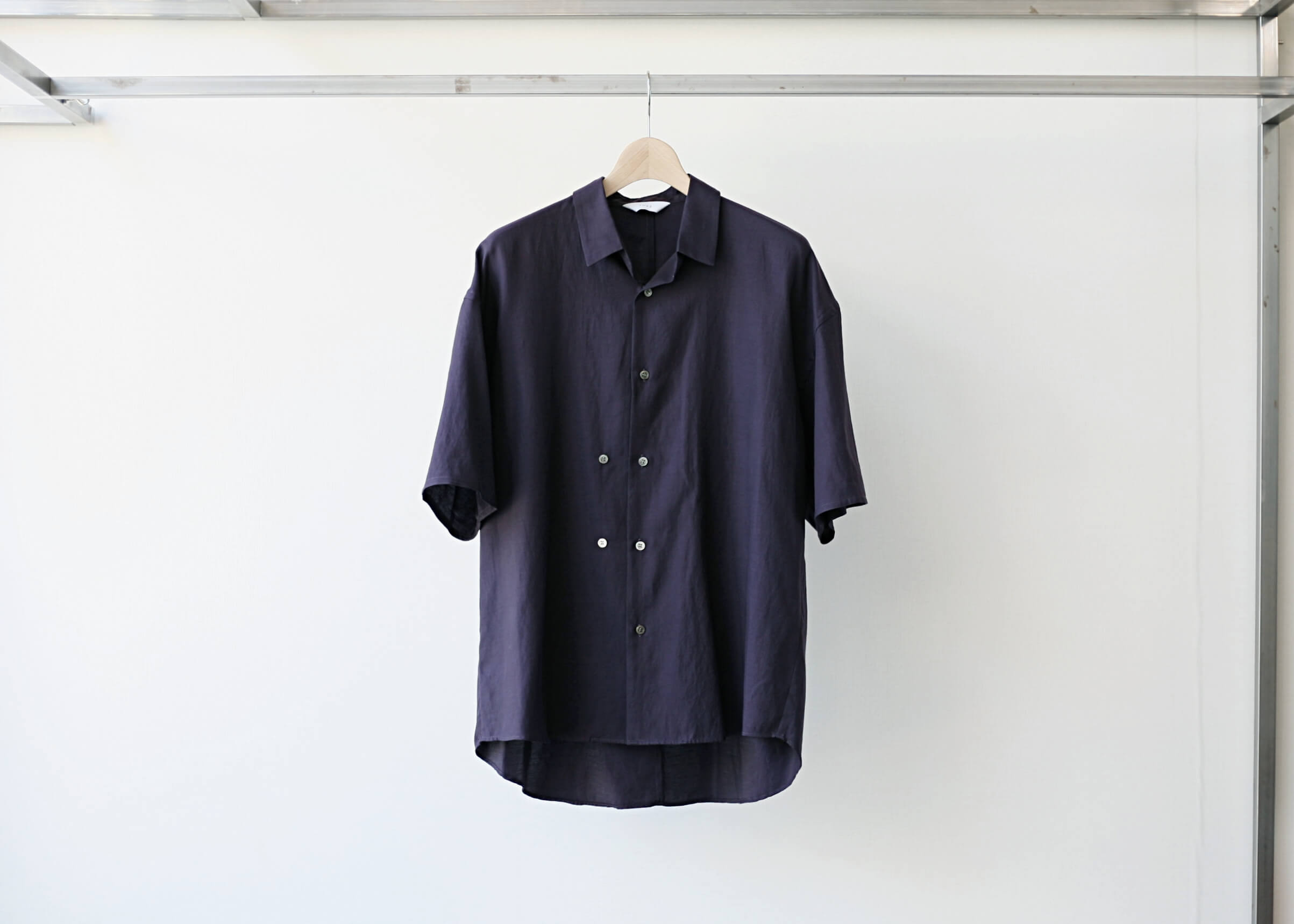 THEE double-buttoned short sleeve shirts purple 正面の写真
