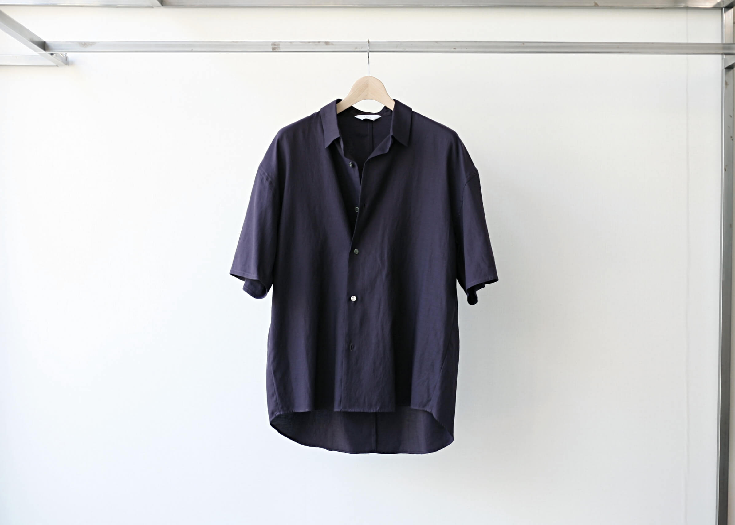 THEE double-buttoned short sleeve shirts purple 正面ボタン掛け違いのアップ