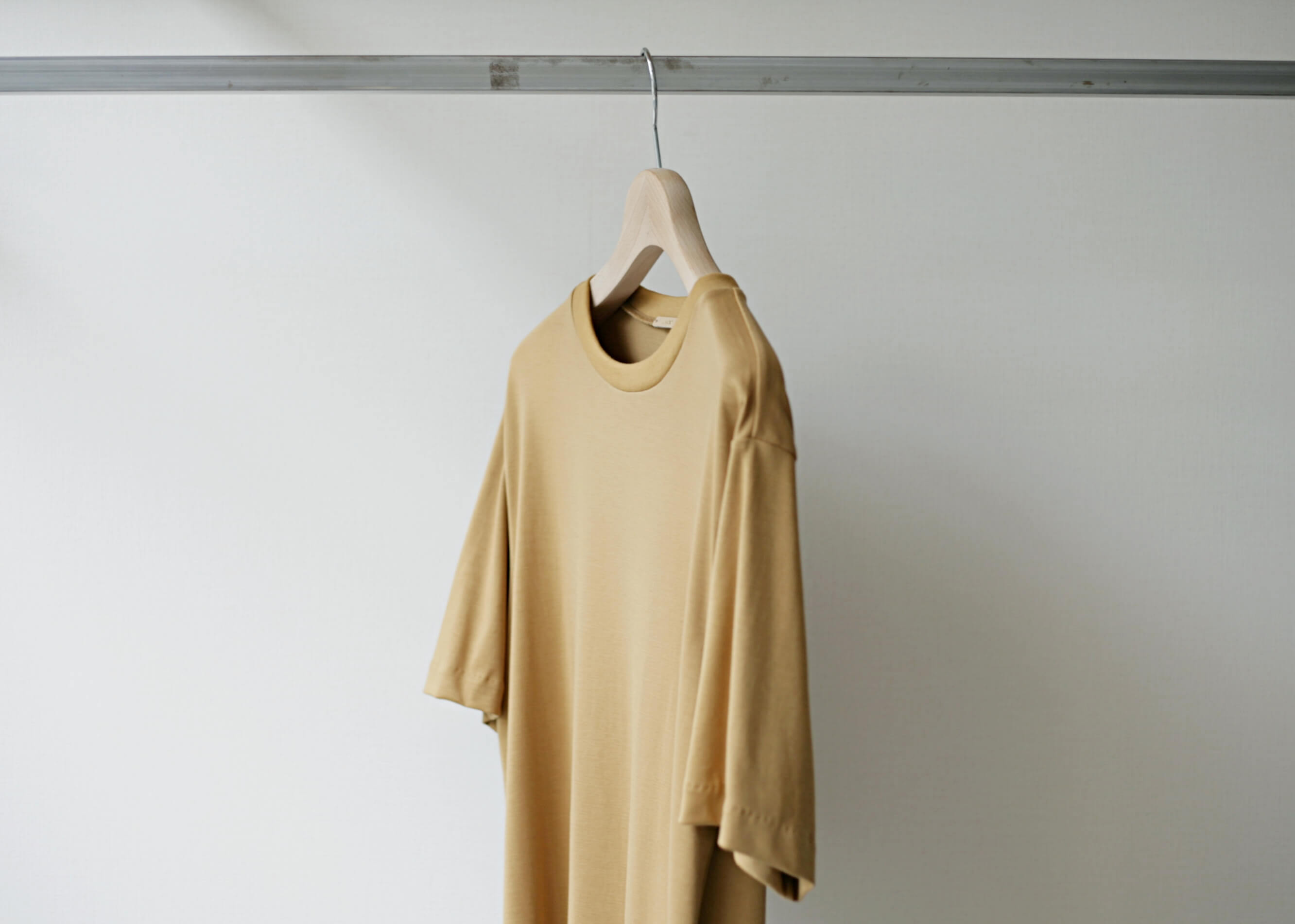 lamond suvin cotton s/s camel サイド 上半身アップ