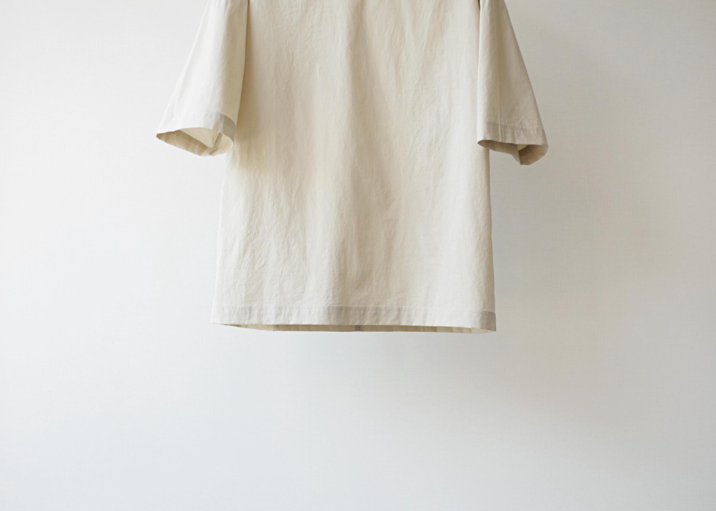 thee oversize tee beige 裾アップ