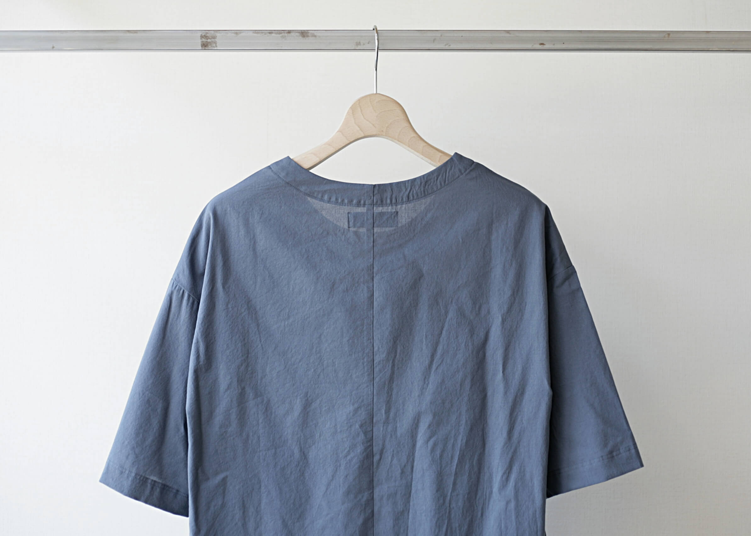 thee oversize tee bluegray 後ろアップ