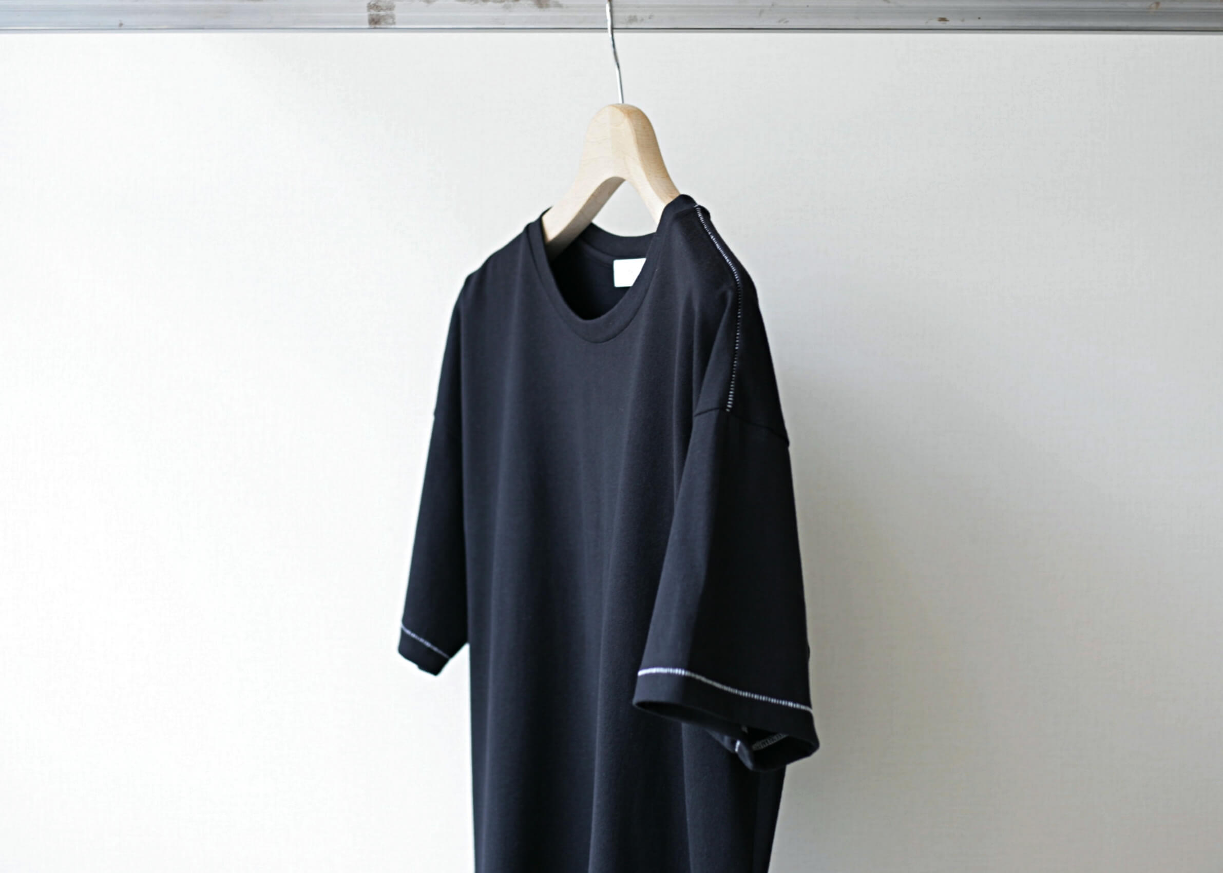 thee stitching tee black 横からのアップ