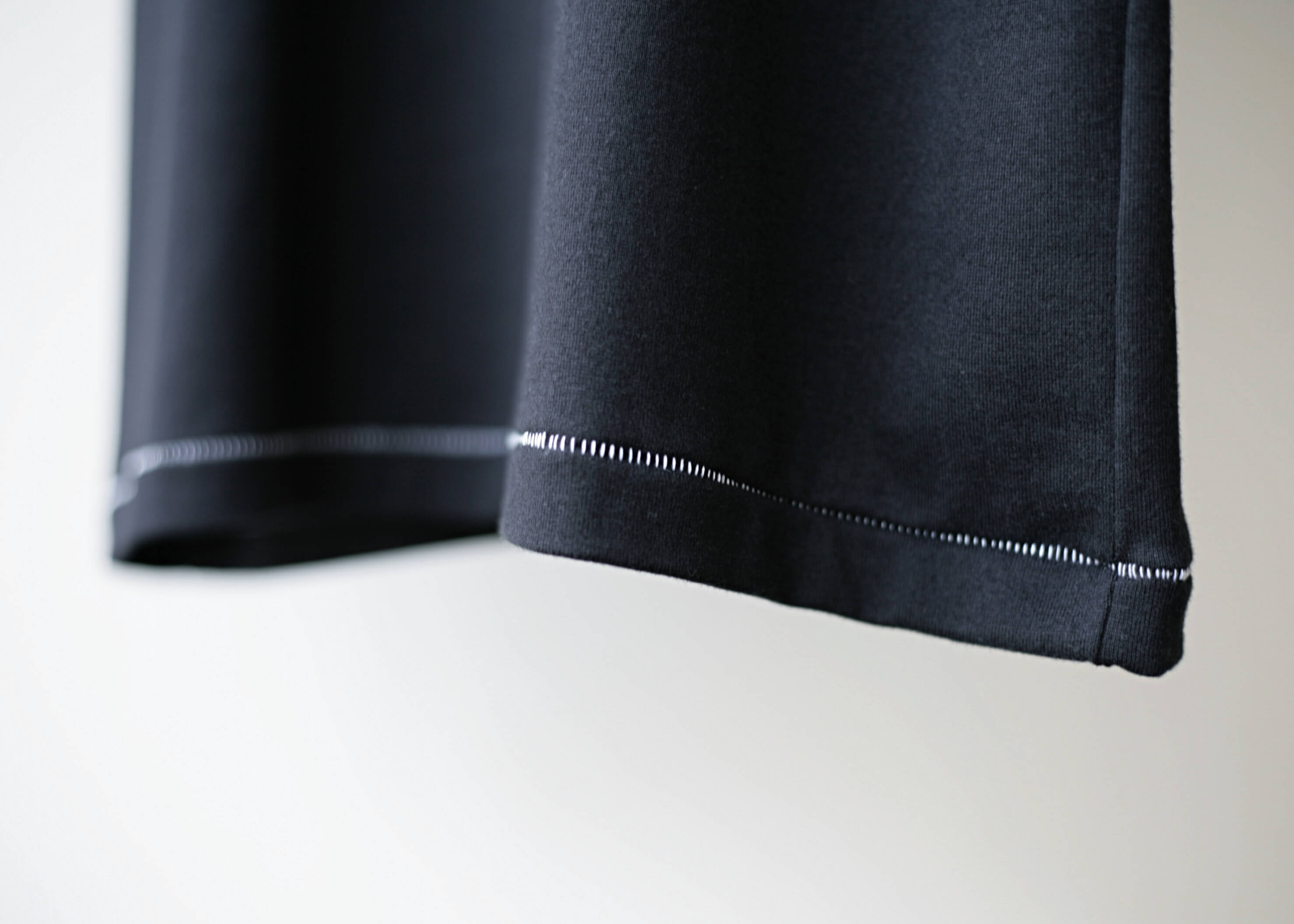 thee stitching tee black 裾ステッチのアップ