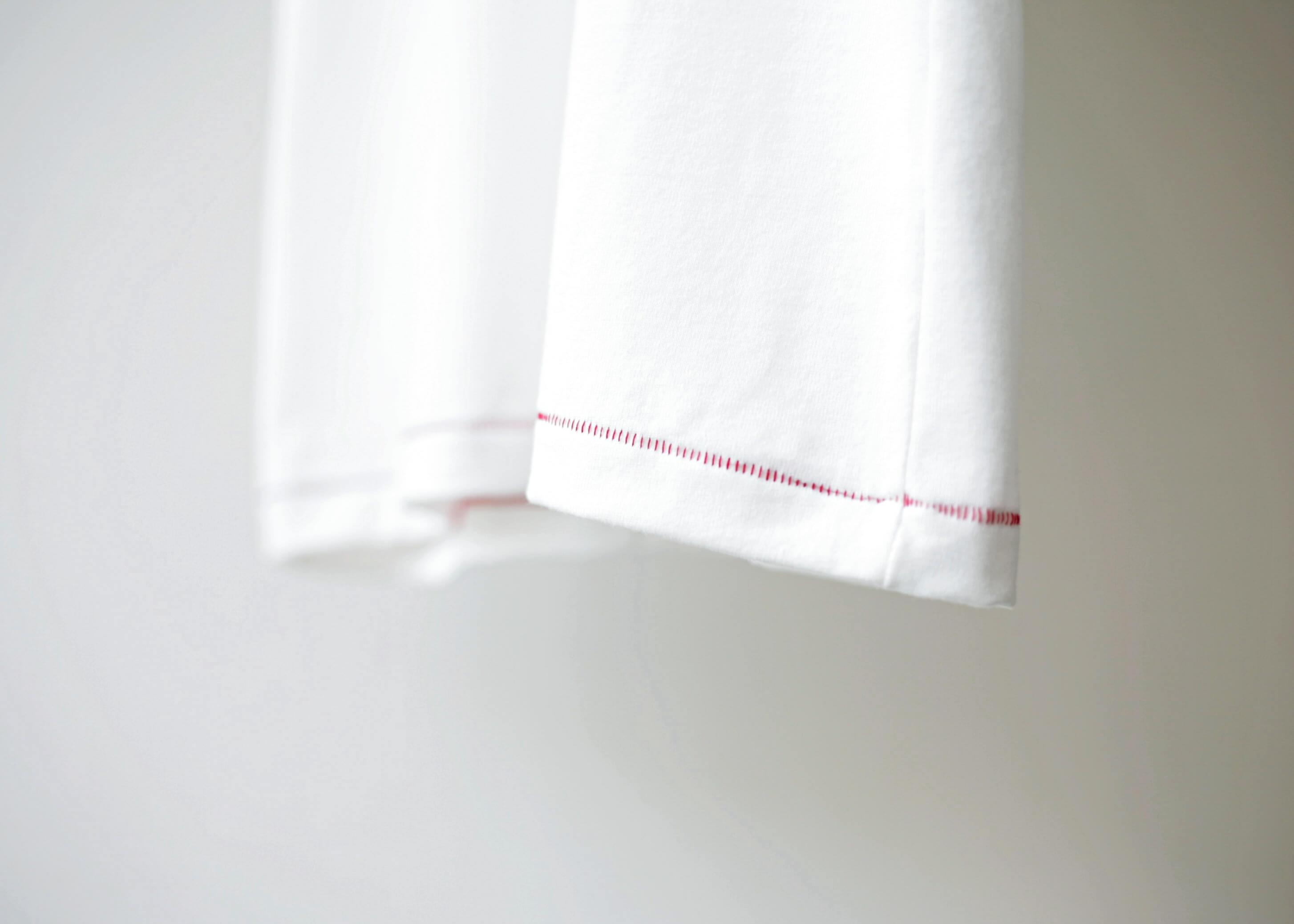 thee stitching tee white 裾の縫い目のアップ